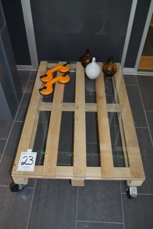Units Glasbord på hjul ca 120x80x30 samt vaser och bärhandtag